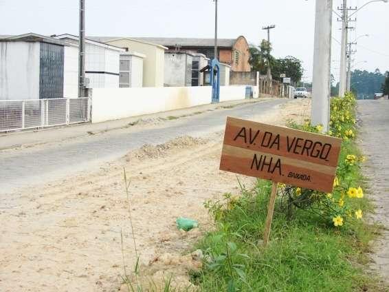 """Em um gesto de protesto, moradores afixaram uma placa com os dizeres: """"Av. da Vergonha""""."""