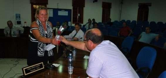 Vereadora Sueli Spillere, recebeu uma rosa de cada colega em homenagem ao dia da mulher.