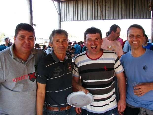Davi Masiero, Miro Marini, Claudionir Romão e Geninho Zanoni, ex-presidente da Câmara de Vereadores no almoço da colheita.