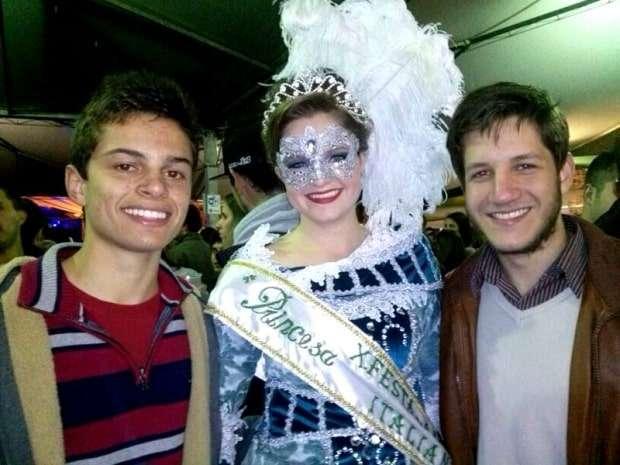 Jonas Dumineli Niehues e Ítalo Augusto Savio com a bela princesa Maria Amélia Spillere Ghisleri.