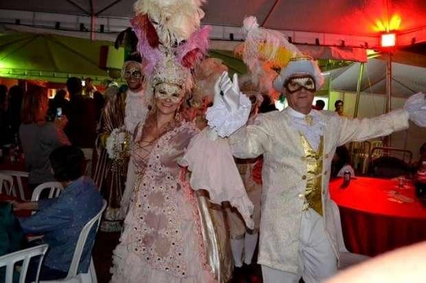 Jussara Savio e o apresentador do festival – Humberto Peixoto durante o Baile de Máscaras goiano.