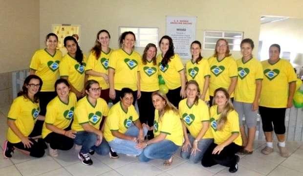 As funcionárias do Centro Educacional Nona Angelina Nazari em clima de Copa do Mundo.