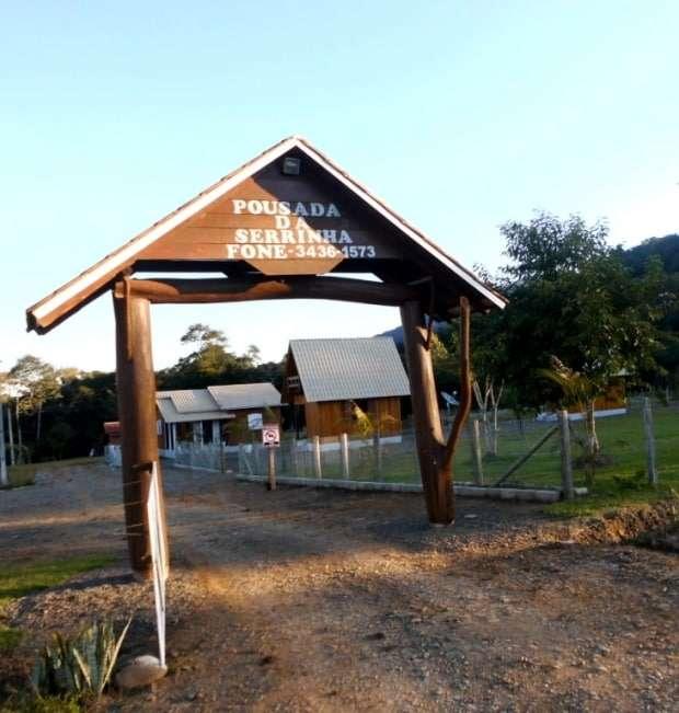 Já que estava no caminho fui conhecer a Pousada Serrinha do Altair Valdati que fica ao lado da barragem, em Siderópolis, e será inaugurada no dia 04 de agosto. Há no local três cabanas e um refeitório.