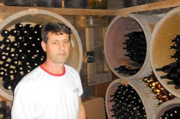 """O Técnico Agrícola Adairton Ghislandi, formado pela Escola Técnica Federal de Camboriú há vários anos, é o """"braço-direito"""" de Onévio Colombo na produção da Cantina Borgo Gava."""