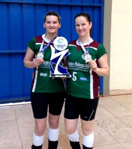 Suzana Mondardo Gava e Isabel Gava De Borba, campeãs da V Copa Pelotas de Voleibol Master.