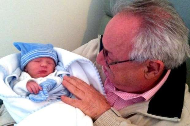 O vovô César Augustus Bortoluzzi, todo bobo com seu neto João Felipe.