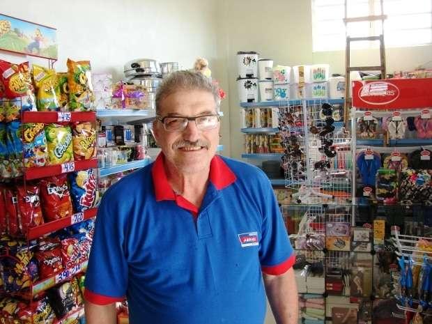 Otávio Cardoso é o proprietário do Mercado Abraéli, em São Bento Baixo. A padaria oferece 3 vezes por dia pão fresquinho.