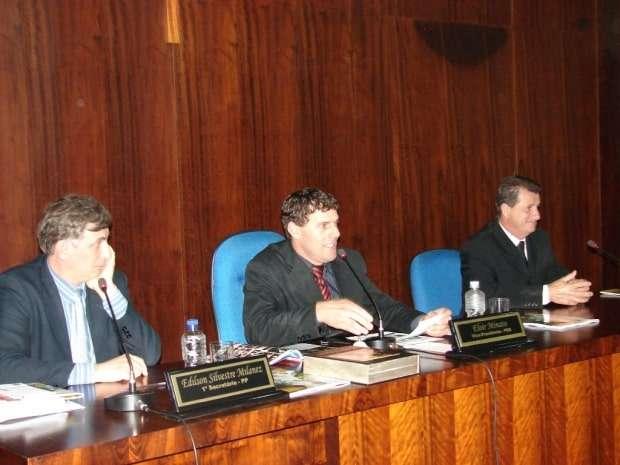 O vereador Eloir Biro-Biro Minatto (PSD) conduzindo os trabalhos na sessão de quinta-feira. Na mesa diretora também estão o primeiro secretário vereador Edilson Milanez (PP) e Altevir Amboni (PP) segundo secretário.