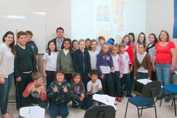 Um grupo de alunos de São Bento Baixo visitou a Auto Escola América para palestra sobre a semana do trânsito.