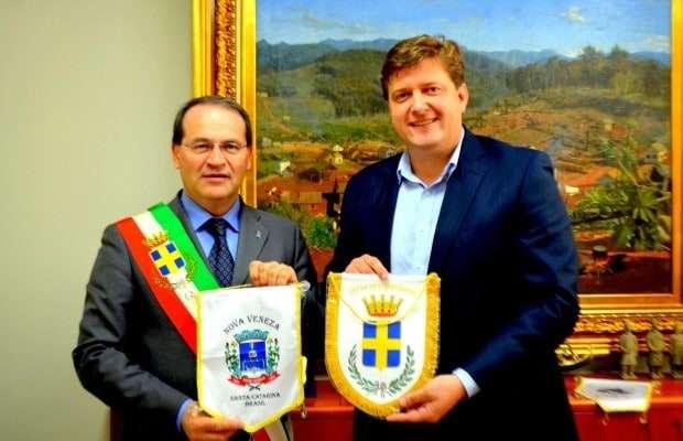 Já na terça-feira, 02, o Prefeito Evandro Gava assinou um pacto de amizade com a cidade de Conegliano. A intenção é realizar troca de tecnologias entre os municípios.