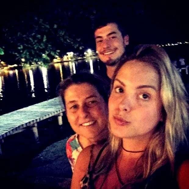Estela Milanez Brogni e seus filhotes - Mariana e Pedro - curtindo a noite na Lagoa da Conceição!