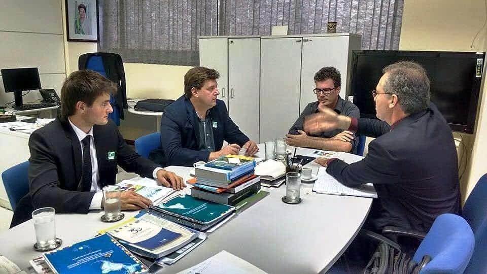 O prefeito de Nova Veneza, Evandro Gava, viajou à Brasília no início desta semana. Junto do presidente da Fundação Municipal do Meio Ambiente, Juliano Dal Molin, buscou a liberação mais rápida dos recursos pendentes e principalmente viabilizar um importante projeto de coleta de resíduos sólidos.