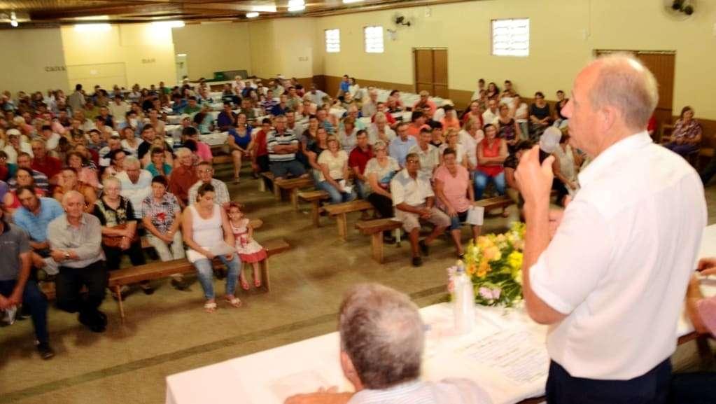 Eu estive na assembléia geral do STTR na sexta-feira, em São Bento Alto. A entidade foi fundada há 45 anos e atualmente é presidida por Evandro Boaroli (foto). Centenas de associados marcaram presença, além de autoridades locais e o presidente da Fetaesc, José Walter Dresch (foto). Teve sorteio de brindes e jantar.