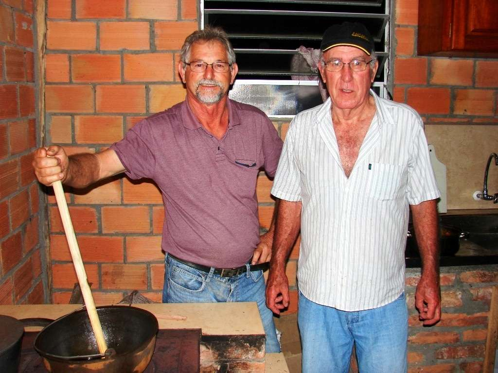 A dupla Vitório Mazzuco e Ari Fretta preparando a polenta.