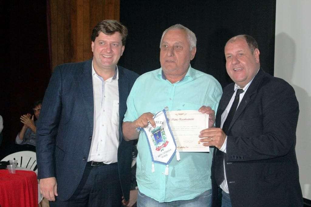 Prefeito Evandro Gava, Anicésio Spillere e o vice-prefeito Zé Spillere na entrega do prêmio reconhecimento empresarial pela prefeitura.