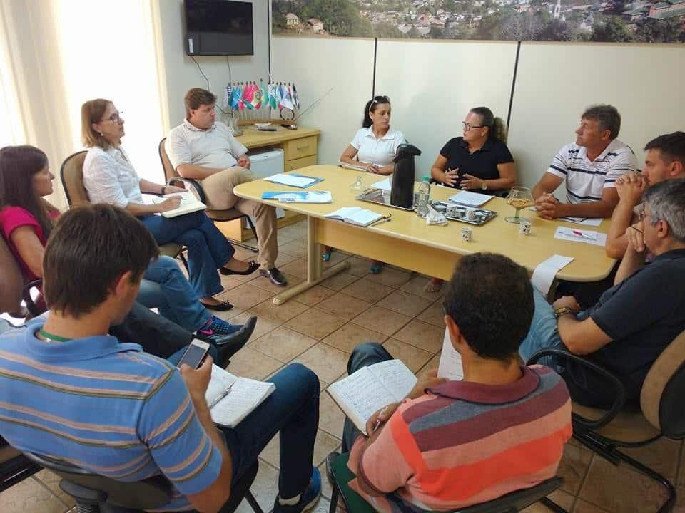 Reunião de trabalho da equipe de linha de frente na prefeitura. Prefeito Evandro Gava cobrando eficiência do grupo.