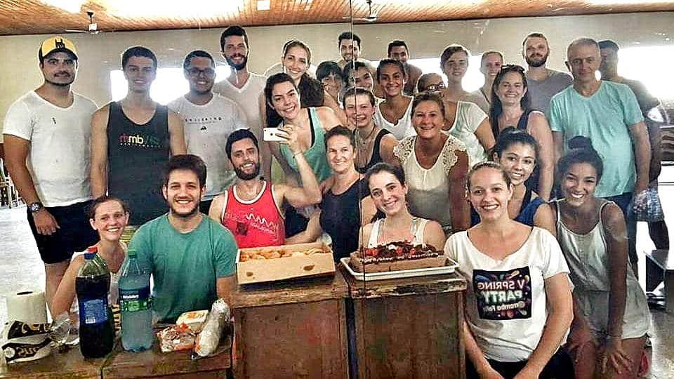 No Grupo Folclórico é assim, quem está de aniversário leva bolo e salgadinhos. Depois do nosso ensaio teve confraternização fit (hahahaha) para comemorar o aniversário dos arianos (Iza Scotti, Isabel Gava De Borba, Joana Duminelli Niehues, Italo Savio e Eu).
