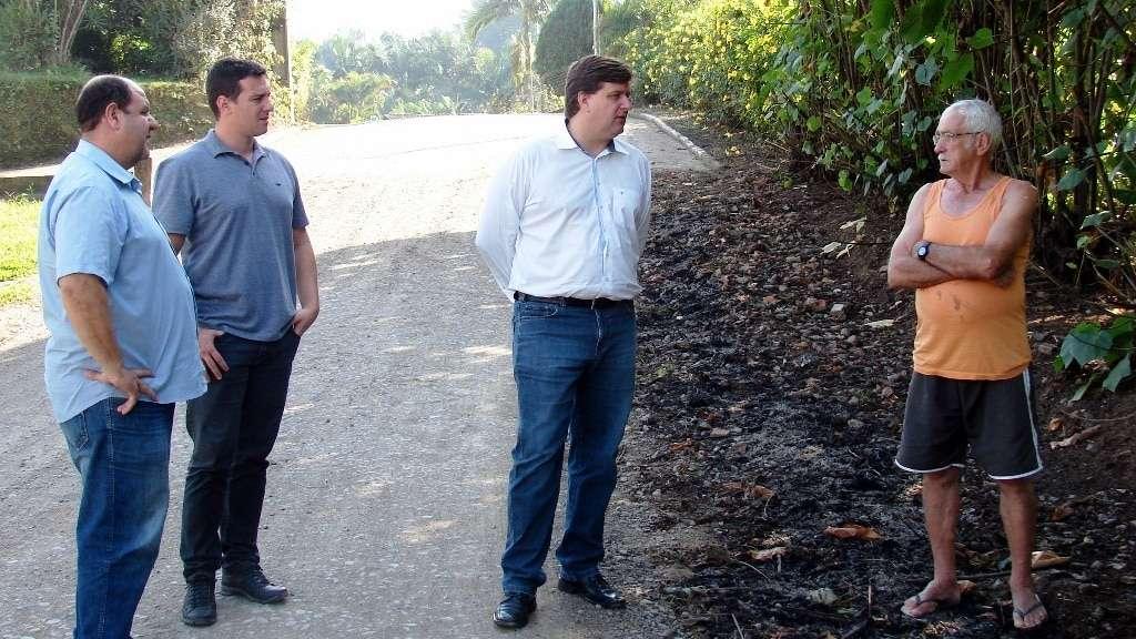 O prefeito Evandro Gava, vice Zé Spillere e o Felipe Furlan, da Secretaria de Planejamento, em São Bonifácio na rua que será asfaltada.