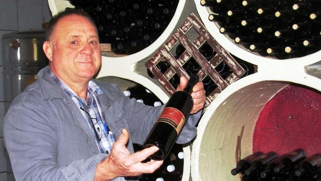 O vinicultor Onévio Colombo na sua Borgo Gava se preparando para festa da gastronomia. A Vínícola Borgo fica num castelo pedra em São Bento Alto e recebe muitos turistas nos finais de semana.