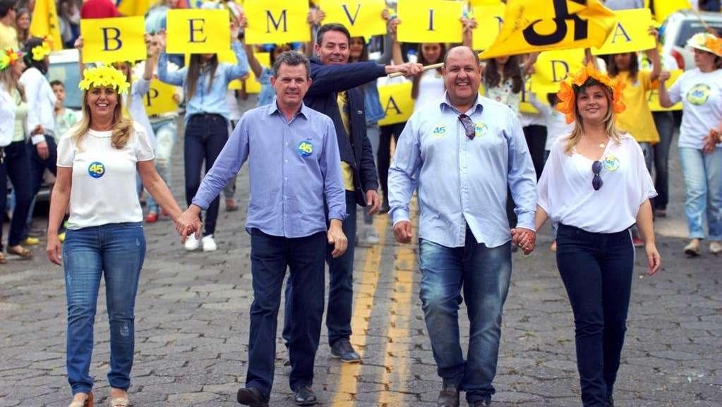 Rogério Frigo ficou empolgado com a grande carreata do domingo,  e me disse que tinha quase mil carros. Ele está confiante na vitória. Hoje à noite no salão de festas do Bairro Bortolotto será o comício final da coligação PSDB-PSD-PDT.