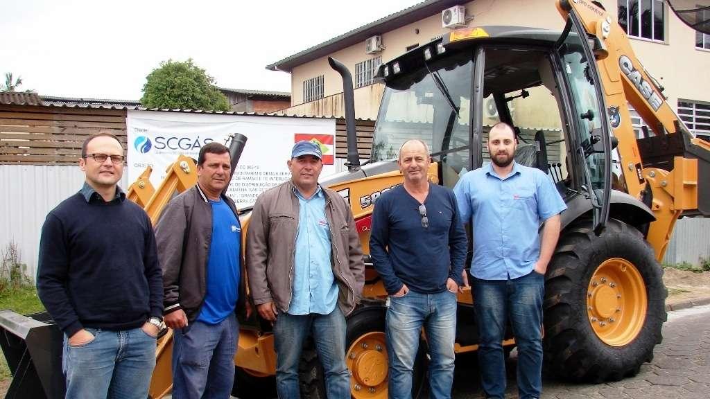 A construtora Minenge adquiriu uma retro-escavadeira para obras da SC Gás. A empresa também está vendendo a última unidade de um apartamento neste prédio no Bairro Bortoluzzi. Maiores informações (48) 3476-0856.