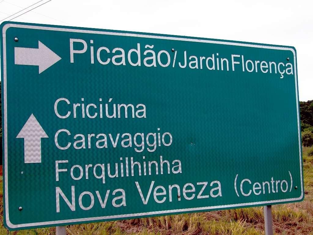 """Quem fez esta placa de trânsito deveria dar uma conferida no dicionário porque """"jardim"""" é com """"m"""" e não como está na placa com """"n""""."""