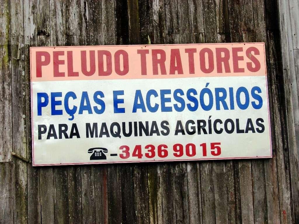 """Na chegada em Rio Cedro Médio há a oficina de tratores do """"Peludo"""" que é bastante requisitado pelos agricultores locais. Eu diria que este nome comercialmente é inusitado e deve ser o apelido do proprietário. Há um detalhe em termos ortográficos; a palavra """"máquina"""" é proparoxítona e deve ser acentuada na primeira sílaba."""