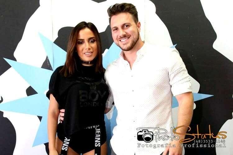 Anitta e Andre Neis Toneti, em show recente da cantora no Balneário Gaivota.