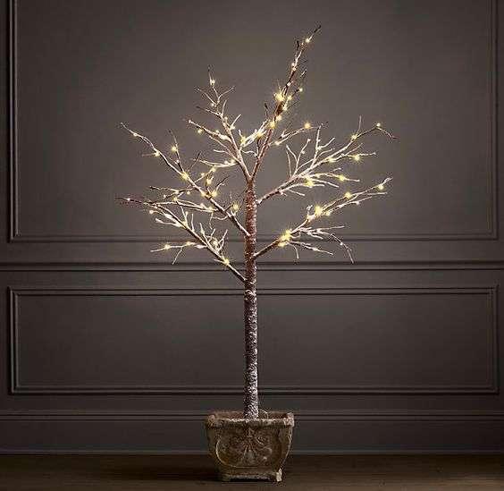 Nesta opção a árvore foi reduzida aos galhos, perdendo todas as folhas! Apenas gravetos foram trabalhados com iluminação em um vaso, e quem pode dizer que não ficou lindo?