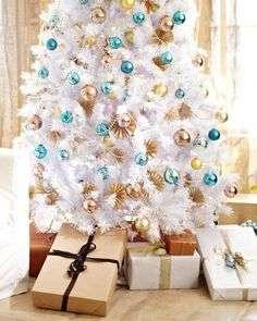 Se você gosta de ousar um pouco mais, esta árvore branca com enfeites dourados e metalizados é a principal tendência para o festejo, delicada e discreta, ela é bastante moderna e se enquadra muito bem em qualquer decoração.