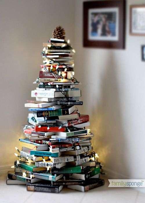 Para os aficionados por leitura, essa torre de livros em formato de pinheiro de natal cai muito bem, une uma paixão, com elementos que provavelmente você terá de sobra em casa, com uma necessidade, que é a ambientação natalina. Um charme!