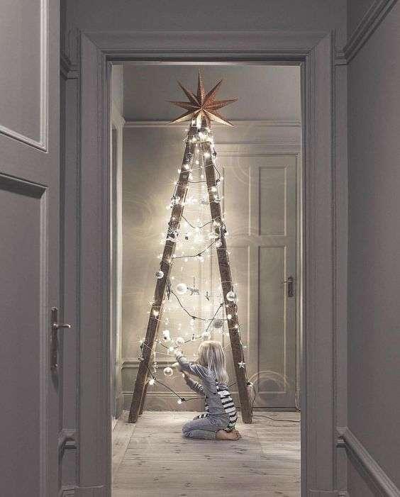 Estilizando mais um pouquinho o nosso bom e velho pinheiro, temos esta opção, que consiste em duas ripas de madeira, dispostas em formato de triangulo e ornadas por luzes natalinas, bem moderno.