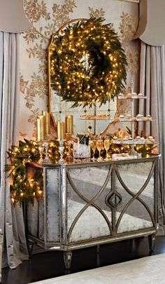 Nesta imagem o mesmo problema da falta de espaço, fez com que um aparador fosse decorado. A guirlanda foi posta ao topo e os conhecidos festões trouxeram o clima natalino. As bebidas da ceia de natal foram servidas aqui, em modelo de buffet.