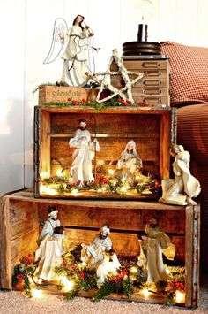Aqui um presépio bastante tradicional foi montado, porém, seguindo as tendências de decoração do momento, a natureza foi valorizada por meio dos caixotes de madeira e o dourado esteve presente nos personagens da história.