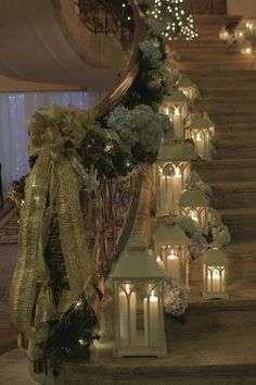 Escadas podem ser valorizadas por meio da ornamentação de seus corrimões, caso a largura da mesma possibilitar, enfeitá-la com luminárias, como estas da foto, é uma proposta maravilhosa!