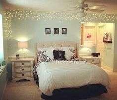 """E para finalizar o nosso bom e velho """"pisca-pisca"""" as luzes natalinas tem ganhado cada vez mais espaço nas decorações e vem sendo usadas em diversos espaços, além das fachadas residenciais. Olhe este quarto, ornamentado com a proposta, simplesmente lindo!"""