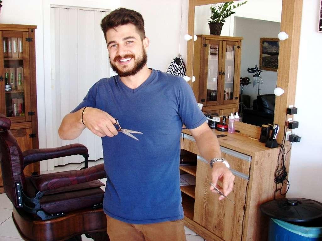 O jovem Luiz inaugurou recentemente a sua nova barbearia em Caravaggio. Ele oferece serviços de corte de cabelo e barba de maneira tradicional e também com equipamentos modernos. Para fazer a barba Luiz trabalha com um aparelho importado que está agradando por ser muito prático e eficiente. A Barbearia do Luiz fica bem no centro de Caravaggio ao lado do Botequim do Fera.