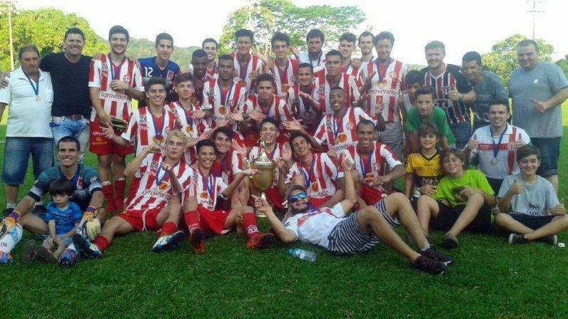 jogadores-metropolitano-com-taca-campeao-regional-junior-larm-2016