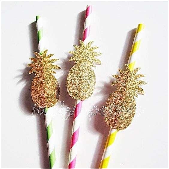 Ornamentos para os canudos em formato de abacaxis purpurinados deixam as bebidas divertidas e trazem para os ínfimos detalhes a atmosfera da festa.