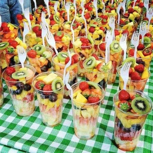 E por fim, não se esqueça de servir comidinhas e doces refrescantes e quem tenham ligação direta com o conceito da festa, o que pode ser melhor do que uma salada de frutas, nesse caso?