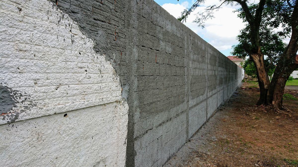 Muro na escola estadual Humberto Hermes Hoffmann.