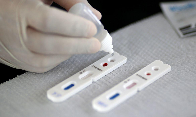 Profissional de saúde realiza teste para o novo coronavírus em Brasília 21/04/2020 REUTERS/Ueslei Marcelino