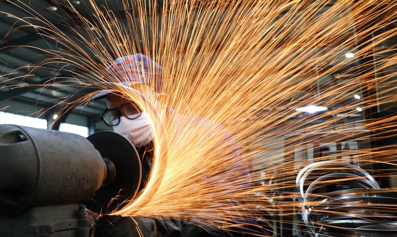 Homem usando máscara de proteção trabalha numa usina siderúrgica. 2/3/2020. China Daily via REUTERS